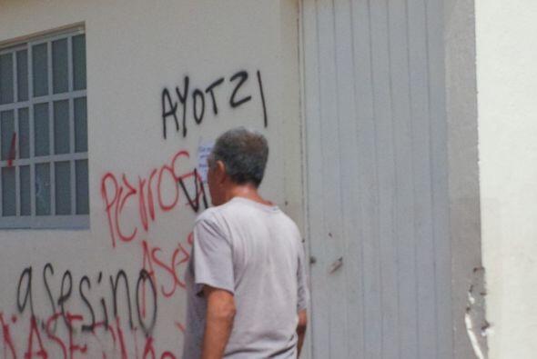Durante los desmanes, los manifestantes realizaron pintas con mensajes a...