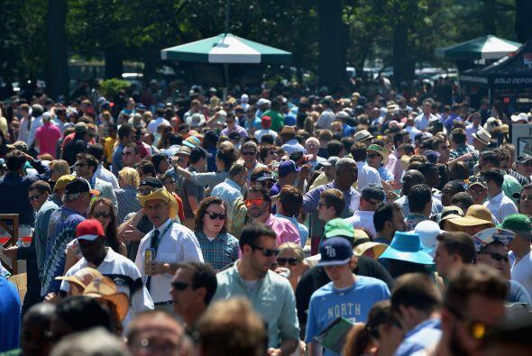 La gente llenó las instalaciones del Belmont Park.