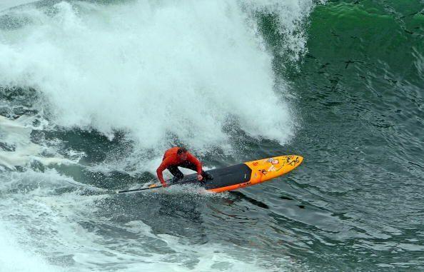 Debido al tamaño de estas verdaderas montañas de agua, los surfistas deb...