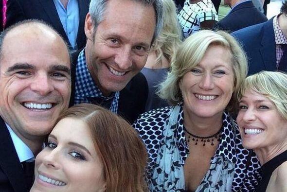 Los chicos de @HouseofCards no pierden el tiempo y se sacan una 'selfie'...