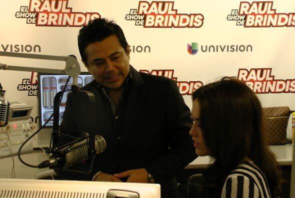 Bárbara también hizo un segmento de espectáculos con Raúl Brindis