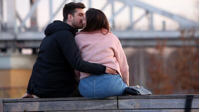 Los jóvenes están menos interesados en las relaciones sexuales, ¿por qué?