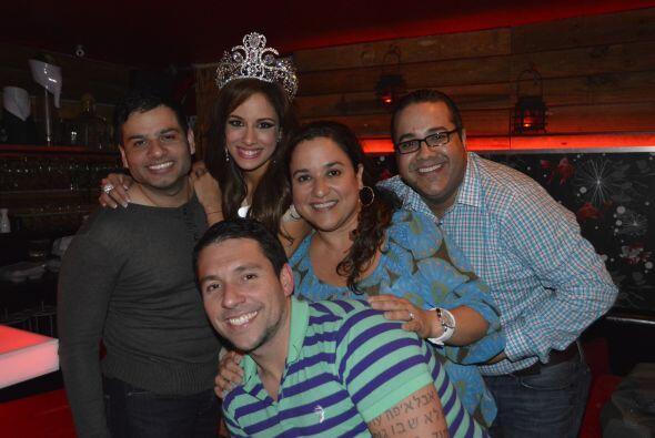 Aleyda junto al productor y el equipo que hizo posible una gran temporada.