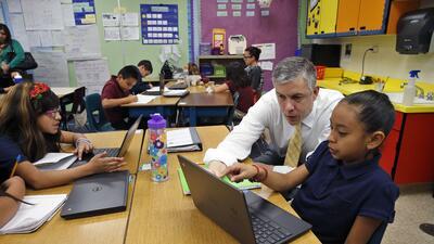 El secretario de Educación, Arne Duncan, visita la primaria McGlo...