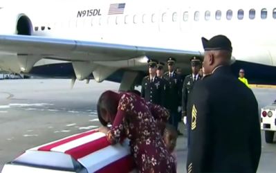 La esposa del sargento muerto David Johnson recibe el ataúd en el...