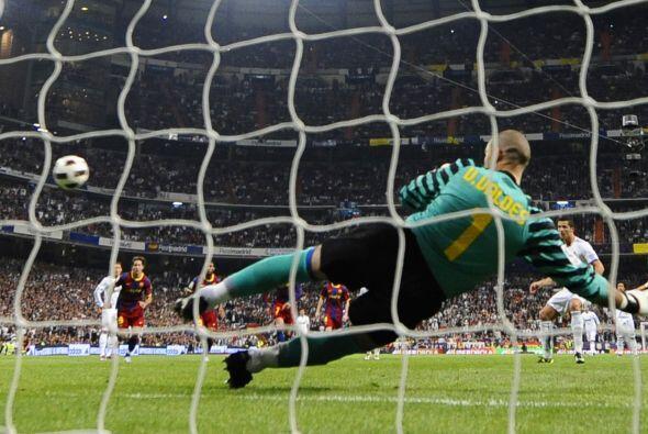 Balón inalcanzable para Víctor Valdés y el partido se empataba.