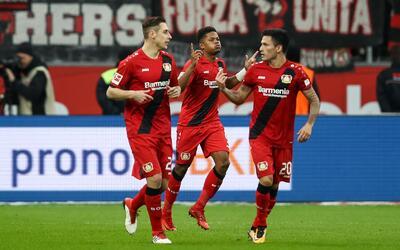 Leon Bailey celebra el 1-0 del Bayer con sus compañeros.
