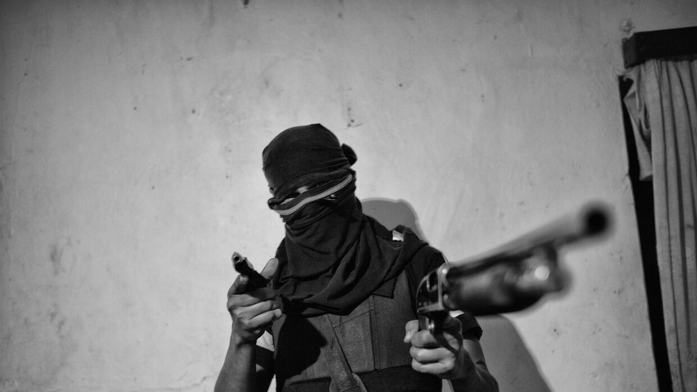 'El Jhonny' juega con su escopeta y apunta al fotógrafo para la...