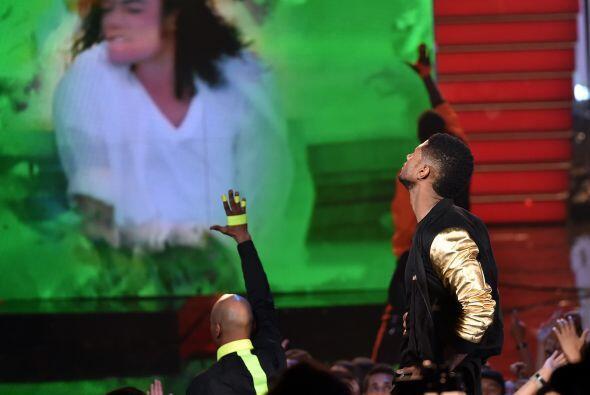 Usher rindió homenaje al Michael Jackson cuando subió al escenario.