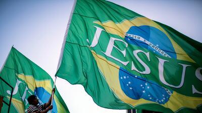Evangélicos llevan banderas de Brasil con el nombre de Jesús, durante la...