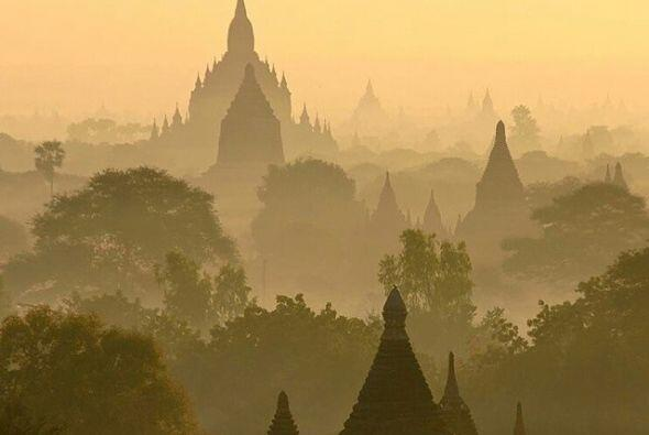 Bagan, Birmania   Bagan es una antigua ciudad escondida muy adentro de B...