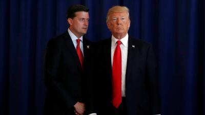 El secretario de la Casa Blanca, Rob Porter, junto al presidente, Donald...