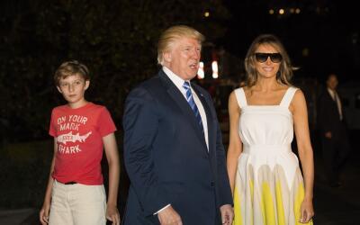 El presidente Donald Trump junto a la primera dama Melania Trump y su hi...