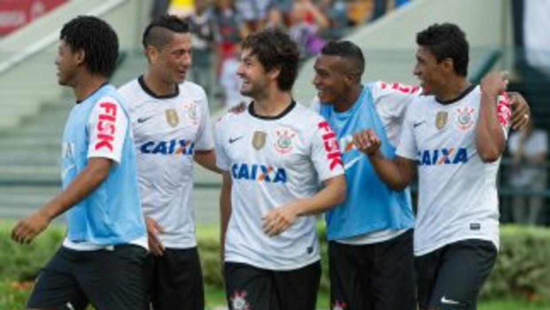 Pato festeja el primer gol del Corintihians en el 3-0 final sobre Tijuan...