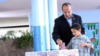 Presidente Calderón y su esposa salieron a votar 531485a0f6a54f1b9789093...