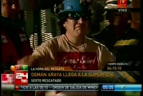 Osman Araya fue el sexto minero en salir a la superficie tras dejar la c...