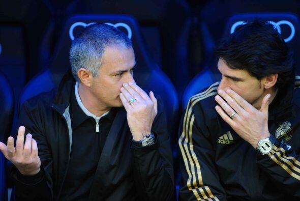 El entrenador José Mourinho no paraba de dar indicaciones a Aitor Karanka.