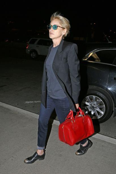 Mismo caso de Sharon Stone, quien salvó su 'outfit' inspirado en la moda...