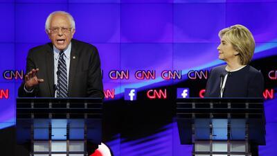 Hillary Rodham Clinton, derecha, escucha mientras el senador Bernie Sand...