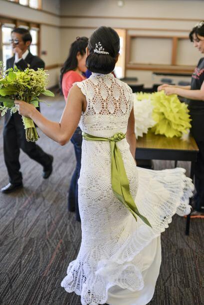 El día de la boda utilizó un cinturón verde para darle énfasis a su silu...