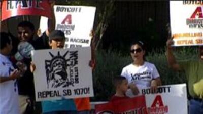 Manifestantes al frente del estadio chase field