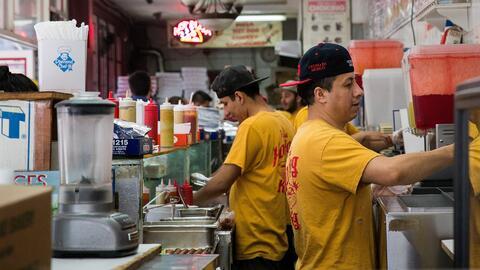 La industria de los restaurantes emplea a miles de latinos en EEUU.