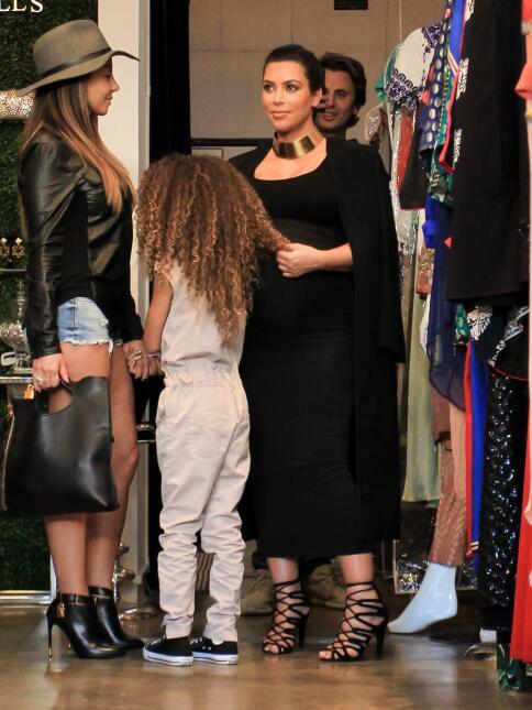 Kim con unos zapatos muy apretados.