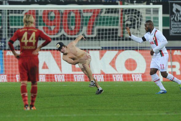 Algunos futbolistas intentaron sacarlo del campo, pero resultó un tipo m...