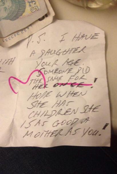 En la posdata del mensaje, el extraño menciona que tiene una hija y que...