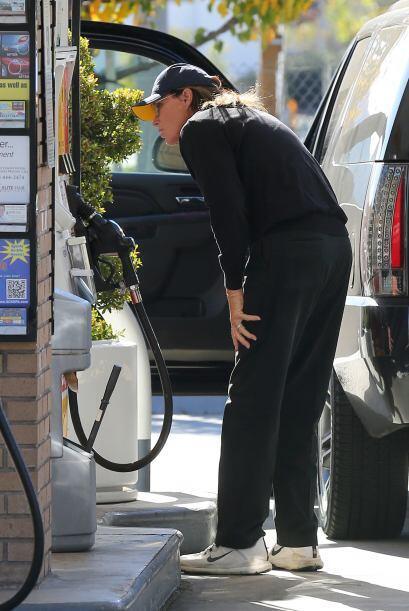 El ex marido de Kris Jenner fue a cargar gasolina a su camioneta.