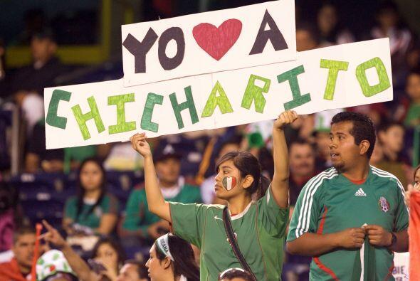 Los hinchas mexicanos demostraban su amor por el delantero.