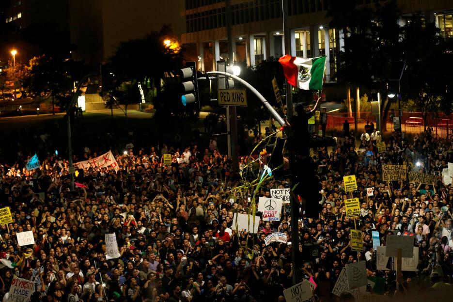 Activistas en Los Ángeles protestaron contra la victoria de Donald Trump...