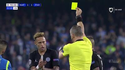 Tarjeta amarilla. El árbitro amonesta a Neymar de Paris Saint-Germain