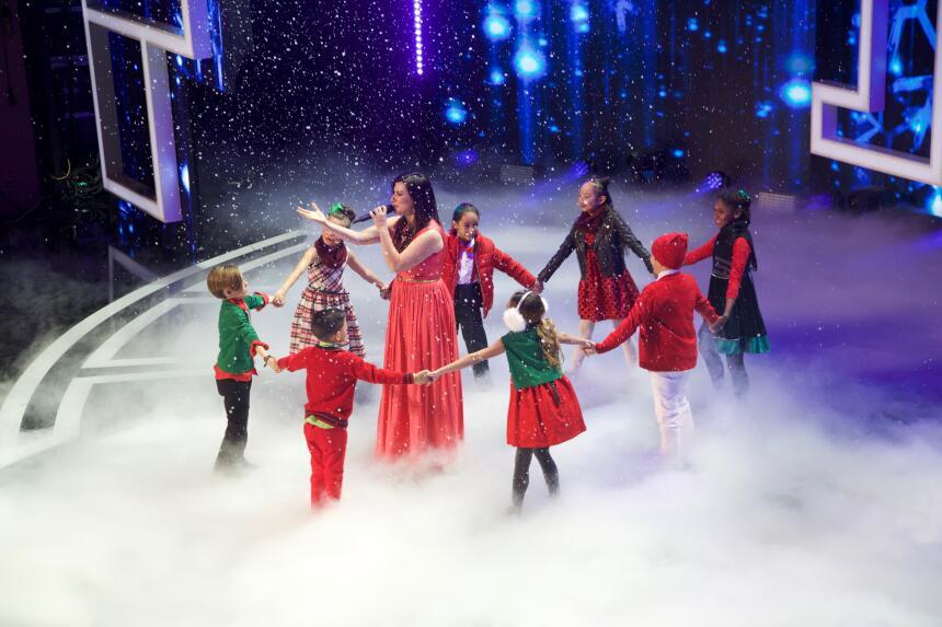 Laura Pausini cantó a la navidad con un celestial coro de niños.