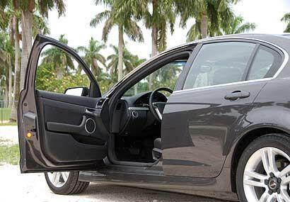 Por dentro el Pontiac G8 es un sedán para cinco pasajeros ideal para dis...