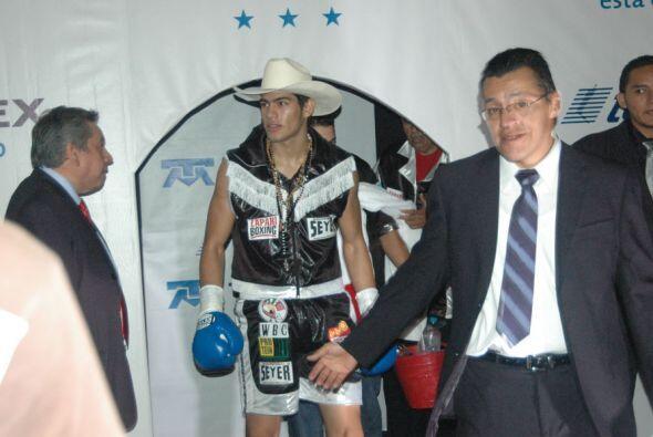 En pleito por el campeonato mundial juvenil peso medio, el mexicano Gilb...