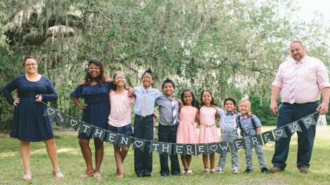 """Los padres adoptivos llaman a sus nuevos hijos los """"supersiete""""."""