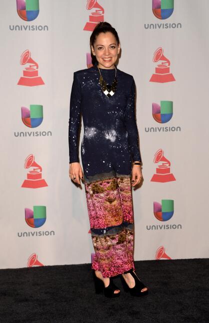 Natalia Lafourcade, por su parte, decoró su outfit con un collar largo d...