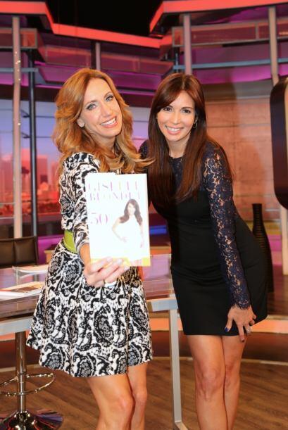 Aquí Lili muestra el libro de su amiga Giselle.