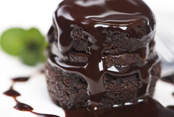 Agrega una tableta de chocolate picada y revuelve hasta que se integren...