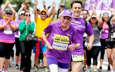 Una mujer de 94 años corre la media maratón en San Diego y se convierte...