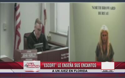 Acusada le muestra los pechos al juez
