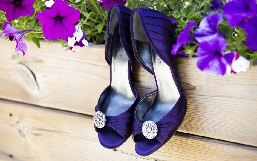 Ensanchar los zapatos con bolitas hechas con varios calcetines gruesos e...