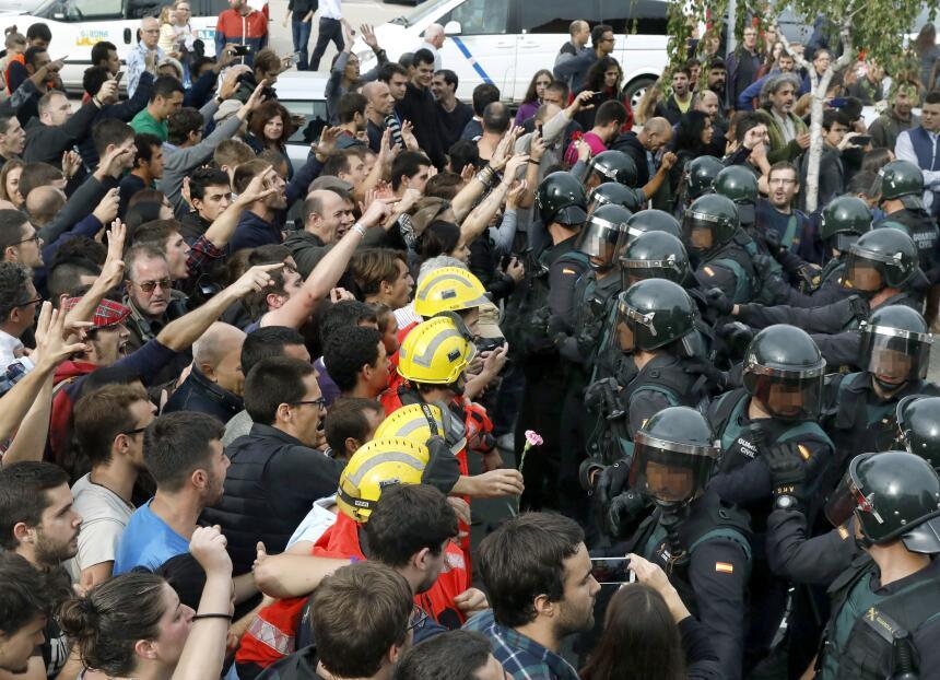 En fotos: La violencia policial marca la consulta popular de los catalan...