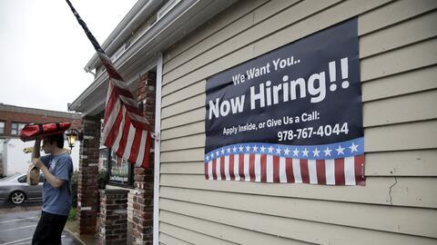 Aviso de vacantes de empleo colocado afuera de un restaurante en Middlet...
