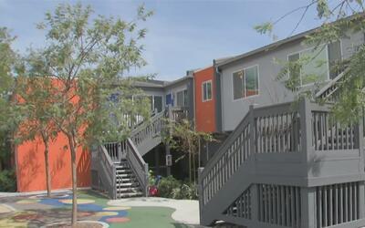 Organización en Orange brinda viviendas a familias que tienen niños con...