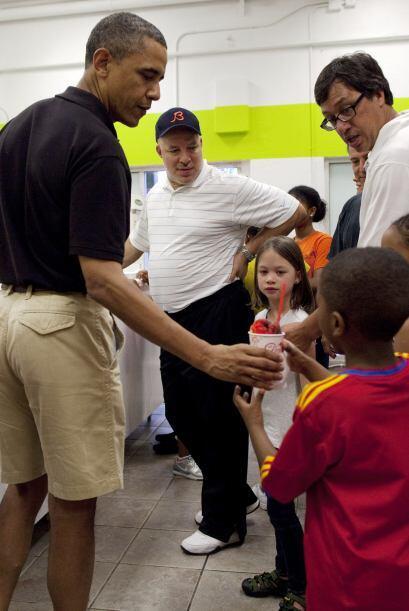 Obama llegó acompañado por algunos amigos y sus hijos. Y la heladería se...