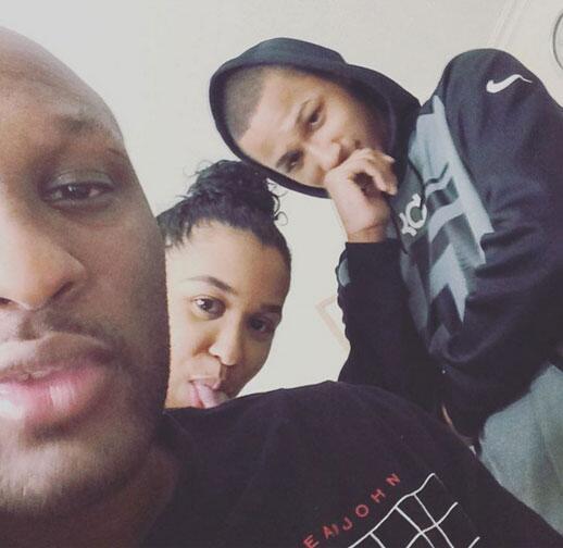 Aquí está Lamar mostrando mejoría junto a los dos hijos de su relación c...