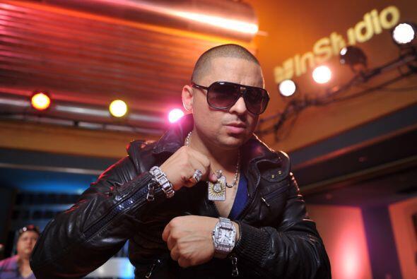 El cantante de corridos, Larry Hernández también forma parte del elenco...