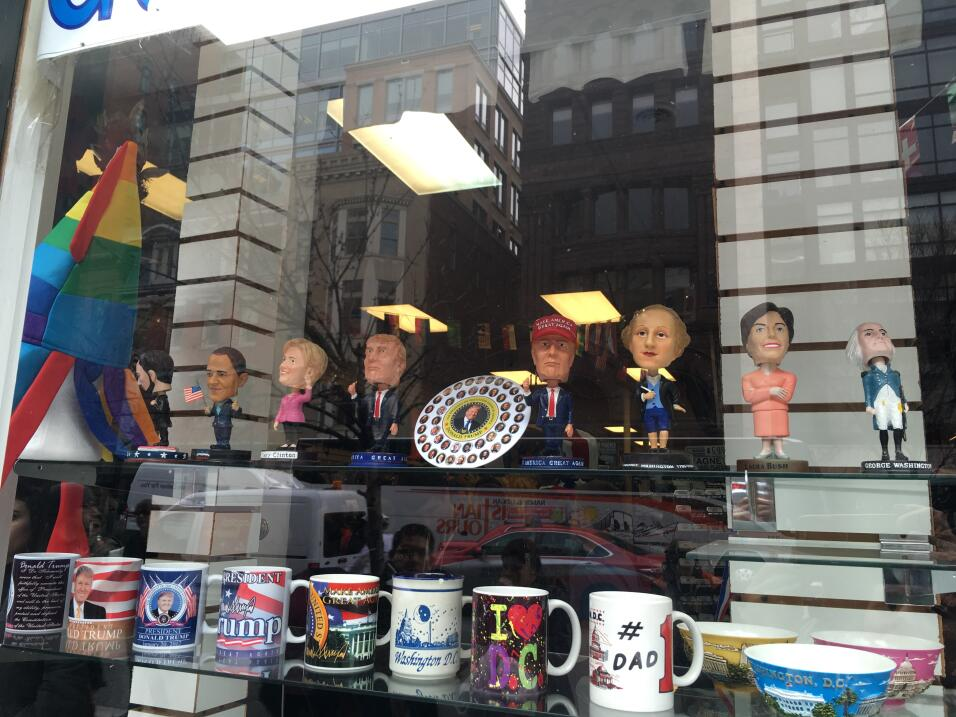 Una nostálgica Washington se despide de Obama  Merchandising en todas pa...